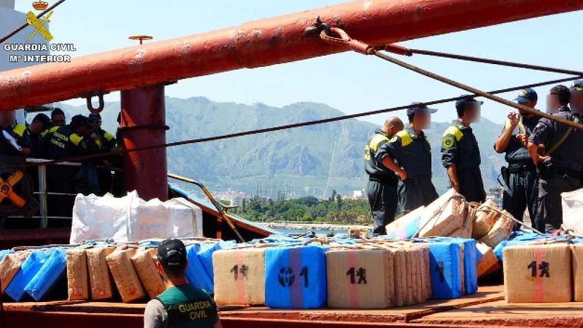 Apresado un barco con veinte toneladas de hachís a 45 millas de Almería