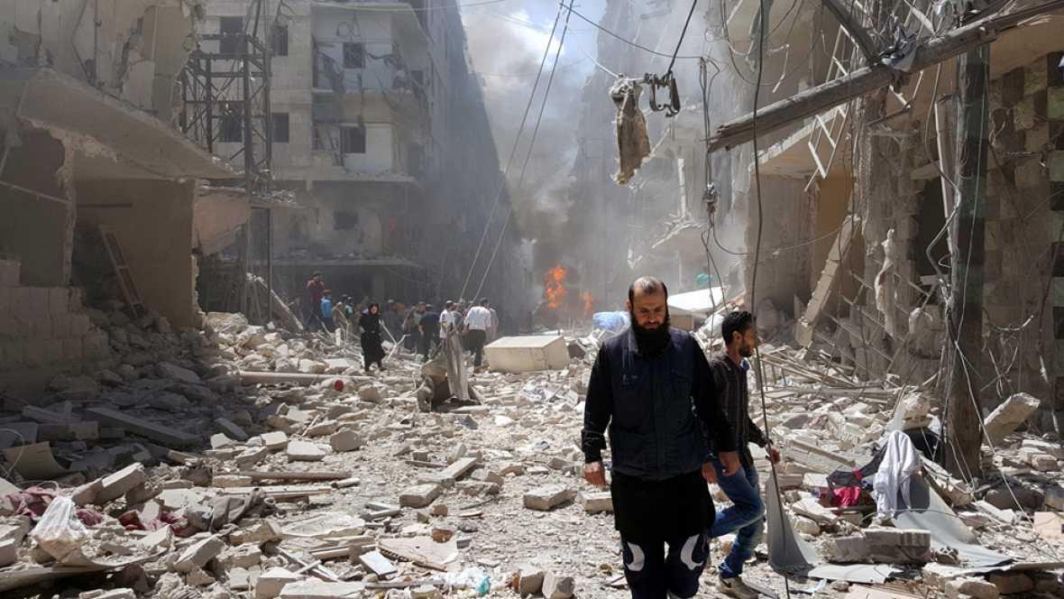 Los bombardeos constantes sobre Alepo, sitiada por el ejército de Asad, han convertido a la ciudad siria en una inmensa ruina