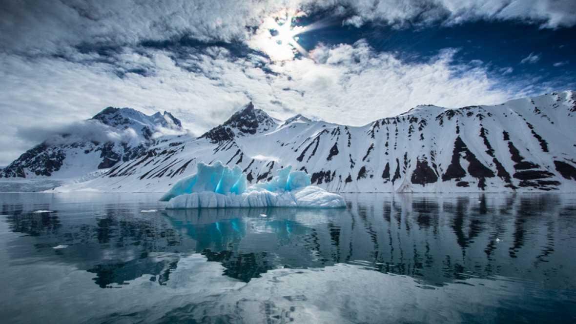 Con el deshielo, los glaciares del Ártico se han reducido en un 40%. Eso significa nuevas oportunidades comerciales en aguas internacionales. Un equipo de TVE ha estado en un barco pesquero a mil kilómetros del Polo Norte.