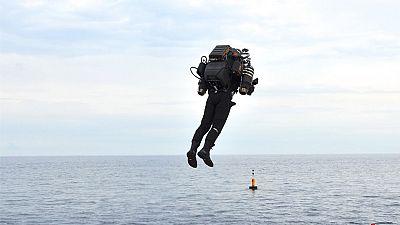 Diez minutos volando sobre la bahía de Mónaco para presentarla oficialmente. Es la última versión de estas mochilas voladoras, denominadas JB10, diseñadas por una empresa norteamericana que quiere producirlas en serie y venderlas.