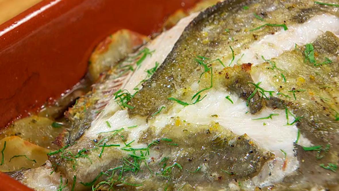 Receta de san pedro con c tricos y perejil - Como cocinar pescado al horno ...