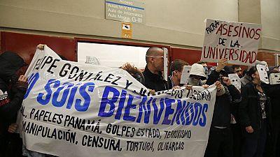 Unos 200 jóvenes boicotean un acto de Felipe González en la Universidad Autónoma de Madrid