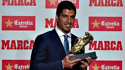 El jugador uruguayo del Barcelona Luis Suárez ha recibido este jueves su segunda Bota de Oro, que le acredita como máximo goleador del curso 2015-16, y ha dicho que, antes de pensar en el tercer galardón, prefiere centrarse en intentar ganar la Liga,