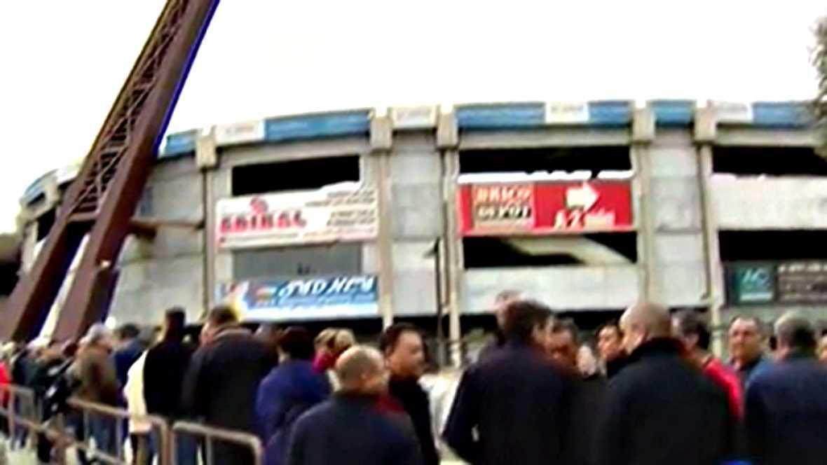 Cientos de aficionados han hecho colas en las taquillas del estadio leonés para hacerse con las primeras entradas que salen a la venta para el partido copero que enfrentará a los locales con el equipo blanco.