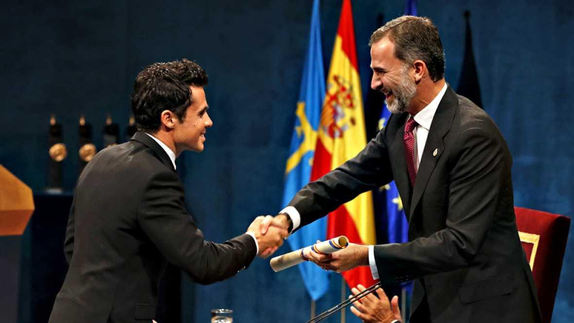 """El triatleta Javier Gómez Noya, subcampeón olímpico en Londres 2012 y cinco veces campeón mundial, ha recibido de manos del rey el Premio Princesa de Asturias 2016 de los Deportes, que se le ha concedido por su """"brillante palmarés"""" y sus valores de """""""