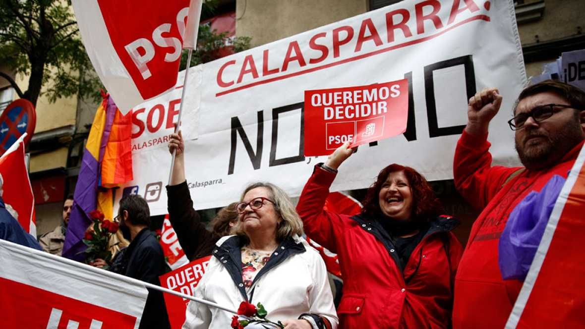 Militantes socialistas se concentran en Ferraz a favor del no a Rajoy