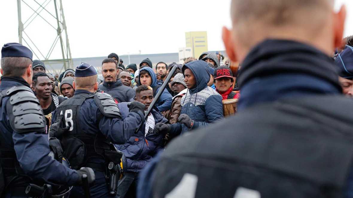 La Policía francesa desaloja el campamento de refugiados de Calais