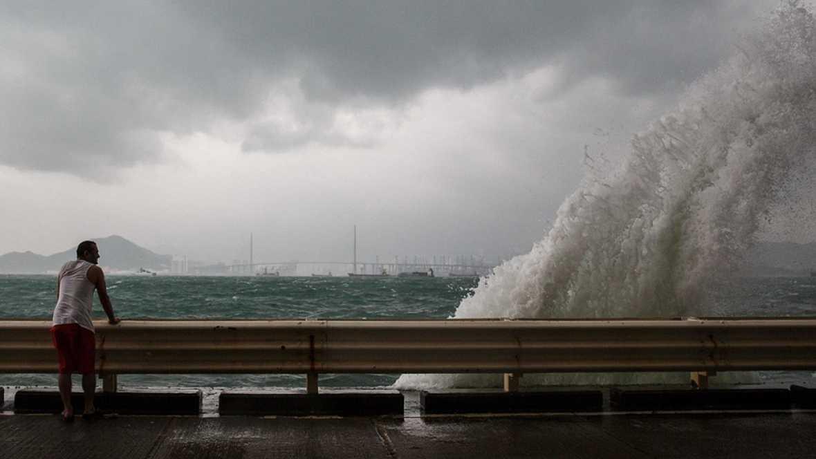 Alerta por lluvias y olas en una docena de provincias