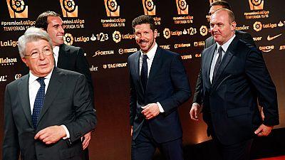 El Atlético de Madrid fue el gran triunfador de la gala de la Liga, que coronó a Griezmann como mejor jugador del torneo, además de elegir a Simeone como mejor entrenador, Oblak mejor portero y Godín mejor defensa.