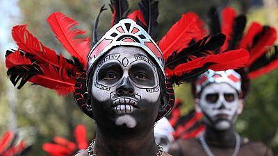 México venera a sus seres queridos con un desfile en el Día de los Muertos