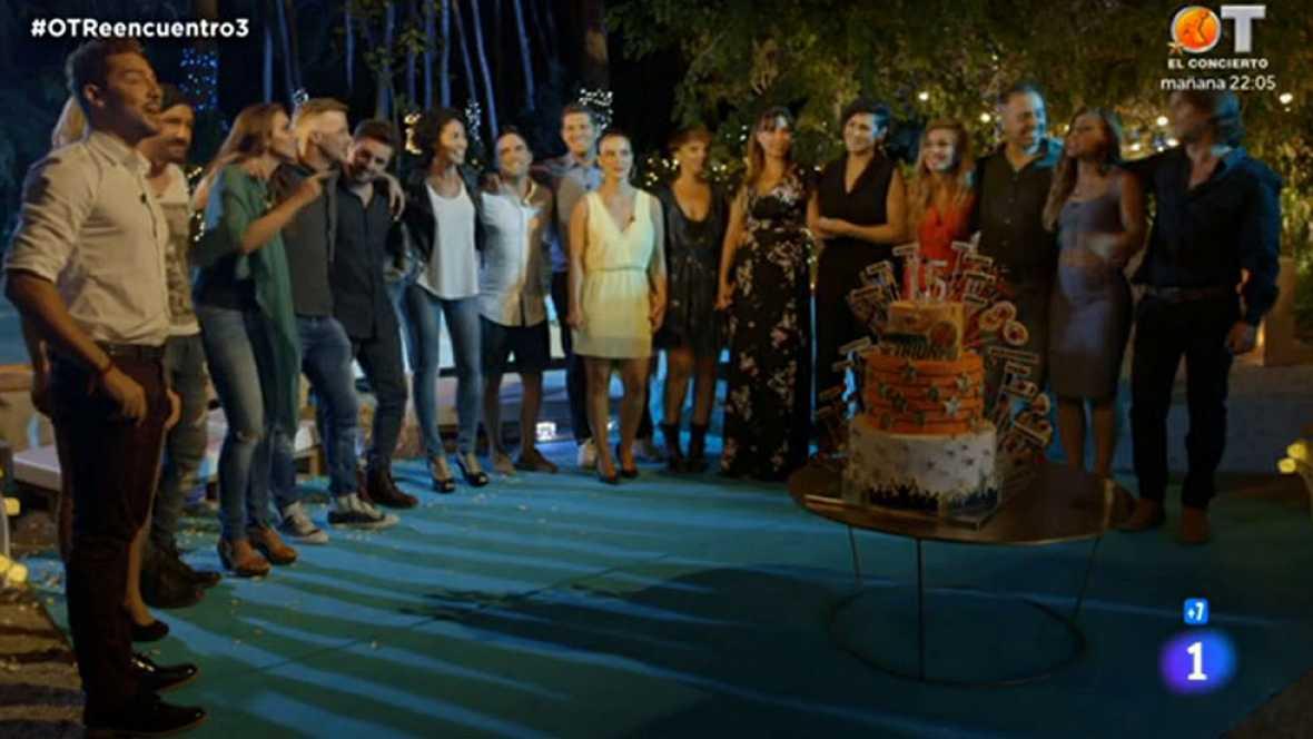 """Los exconcursantes y Nina terminan la serie de tres documentales soplando unas velas simbólicas por los 15 años del programa y cantando juntos """"Mi música es tu voz"""", el himno del programa."""