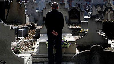 Los cementerios también han sido punto de encuentro de muchas personas en el Día de Todos los Santos