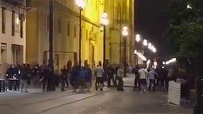 Los ultras del Dinamo de Zagreb provocaron incidentes en Sevilla, donde su equipo jugará este miércoles en Champions. Tres aficionados croatas fueron detenidos por los altercados.