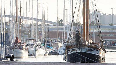 El Port Olímpic de Barcelona quiere acabar definitivamente con los barco-hoteles: embarcaciones que sirven de alojamiento para turistas, una práctica prohibida por el puerto. Se calcula que este pasado verano todavía había unos 170.