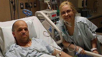 Esta historia de amor finaliza como muchas: en boda. Pero empieza como pocas. O como ninguna. Un trasplante de hígado, realizado hace dos años, en Estados Unidos, ha acabado uniendo además dos corazones. El del donante y la receptora.