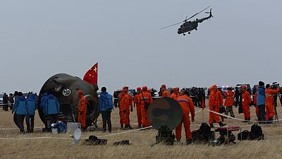 La misión espacial china Shenzhou XI, con los astronautas Jing Haipeng y Chen Dong a bordo, ha aterrizado este viernes en las estepas de la región china de Mongolia Interior (norte del país), tras pasar el último mes en órbita.La Shenzhou-11 despegó