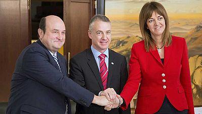 PNV y PSE firman el acuerdo que permitirá la investidura de Urkullu como lehendakari