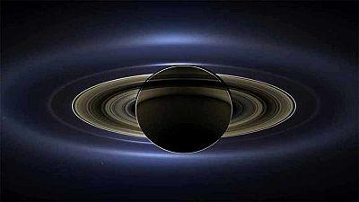 En su último año de operaciones, este 30 de noviembre, la misión Cassini de la NASA comenzará un atrevido conjunto de órbitas pasando por encima del borde exterior de los anillos principales de Saturno. Cassini volará más cerca de los anillos de Satu