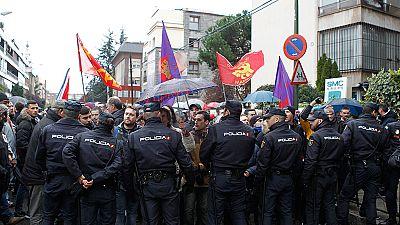 Castristas y anticastristas se enfrentan ante la embajada de Cuba en Madrid