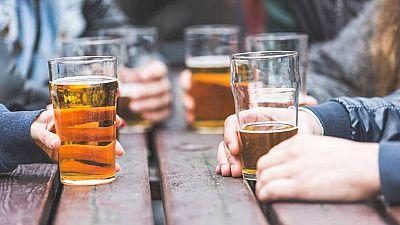 La ministra de Sanidad anuncia una ley para prevenir el consumo de alcohol entre los más jóvenes