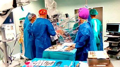 Un hospital de Zaragoza realiza con éxito la extracción de un tumor cerebral sin anestesia general
