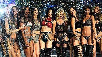 Los ángeles de Victoria's Secret desfilan en el Grand Palais en París