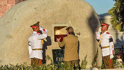 Las cenizas de Fidel Castro reciben sepultura tras un multitudinario homenaje en Santiago