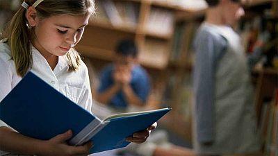 El rendimiento de los alumnos españoles de 15 años supera por primera vez la media de la OCDE en Lectura y llega a igualarla en Ciencias, mientras que sigue algo por debajo en Matemáticas, según los resultados de la última Evaluación Internacional de