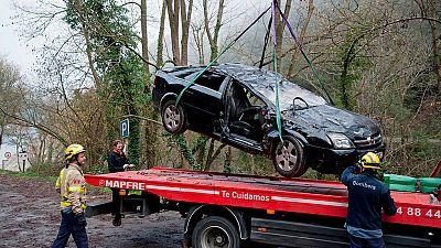 Un vehículo, con siete ocupantes a bordo, se precipitaba por un barranco cerca del pantano de Susqueda, en la provincia de Girona. El balance es de tres muertos: una pequeña de un año y dos mujeres, una de ellas embarazada.El vehículo en el que circu