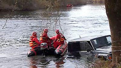 En La Vera, Cáceres, ha aparecido el cuerpo sin vida de la mujer que había sido arrastrada por la corriente cuando intentaba cruzar el río Tiétar. Viajaba en un todoterreno junto a otros cuatro ocupantes que pudieron salir con vida. El conductor del