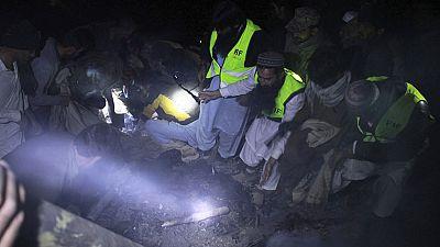Los equipos de rescate han recuperado 36 cadáveres de entre los restos del avión que se estrelló hoy con 48 personas a bordo en el norte de Pakistán, mientras continúan los trabajos de auxilio con pocas esperanzas de hallar supervivientes.