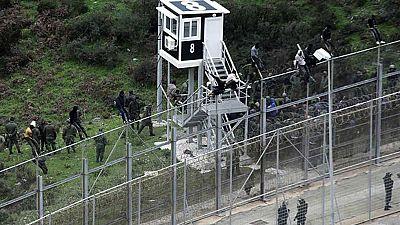 Cerca de 450 inmigrantes saltan la valla de Ceuta en uno de los intentos más masivos