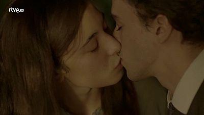 El primer beso de Juanito y Candela