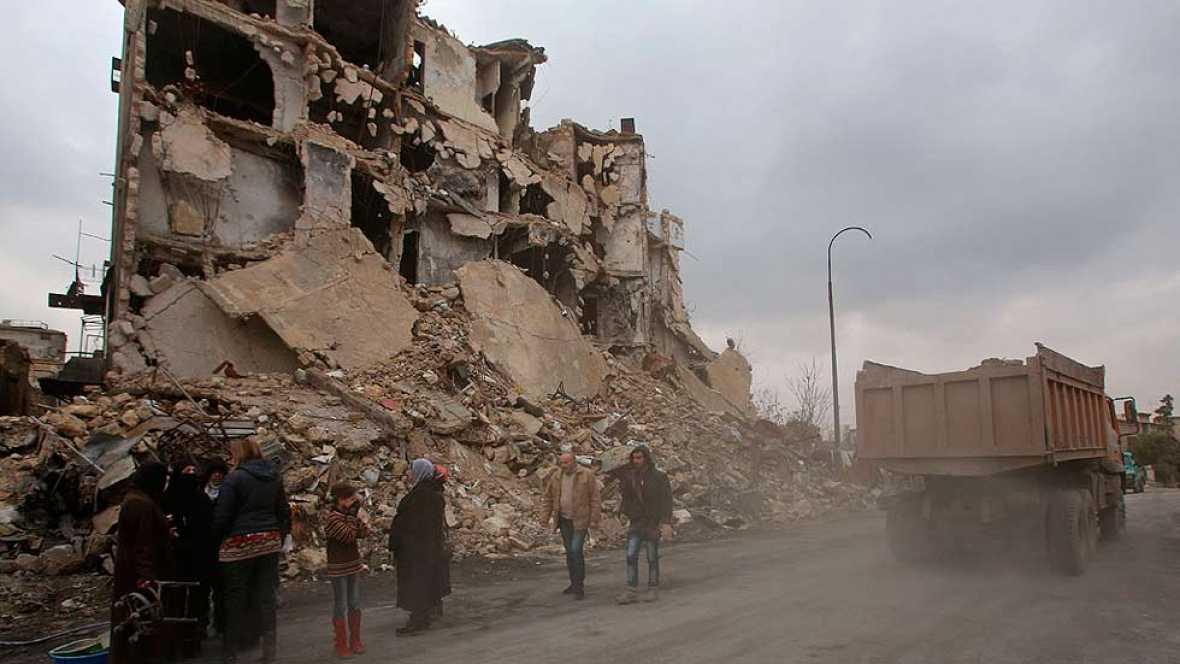 Hombres y mujeres tratan de salir de Alepo bajo los disparos