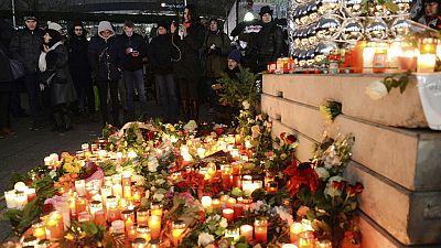 Cientos de berlineses recuerdan a las víctimas en las inmediaciones del mercadillo navideño