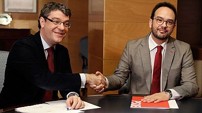 El Gobierno y el PSOE acuerdan prohibir por ley el corte de la luz a personas vulnerables