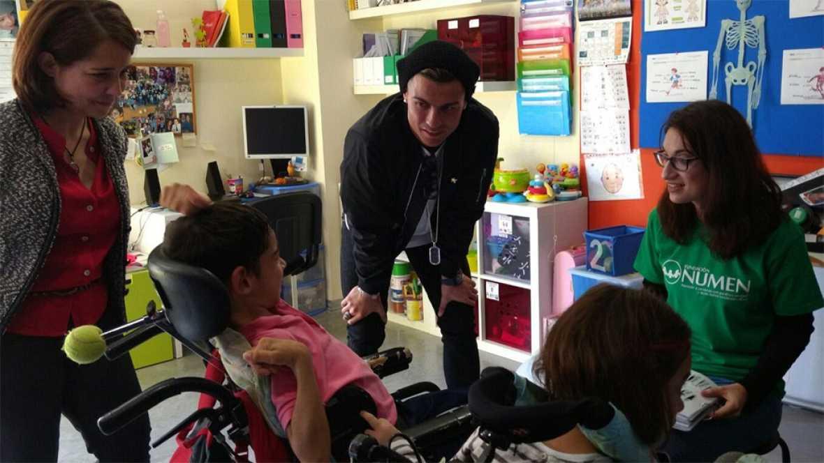 Cristiano Ronaldo visita a niños con parálisis cerebral