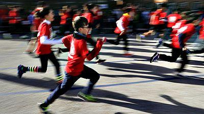 A partir de las cinco y media de esta tarde, 43.000 corredores iniciarán el recorrido de la San Silvestre Vallecana, una carrera que cierra el calendario deportivo en Madrid de 2016.