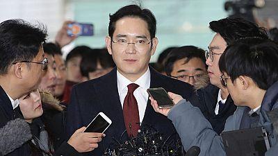 El heredero del grupo Samsung se enfrenta a una orden de arresto por presunto soborno