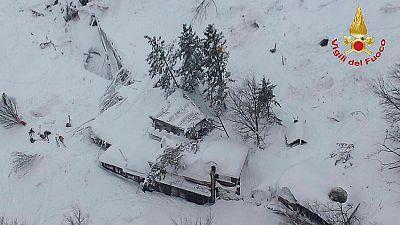 Un alud de nieve entierra un hotel en la zona de Italia golpeada por el último terremoto