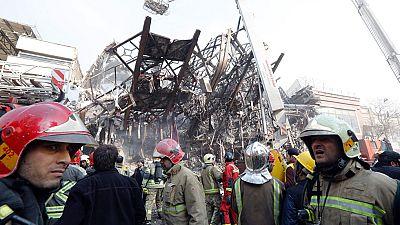 30 bomberos atrapados y 70 heridos en el derrumbe de un edificio en Irán