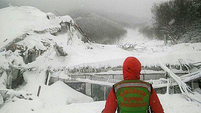 Los equipos de rescate buscan a una treintena de desaparecidos en el hotel italiano sepultado por la nieve