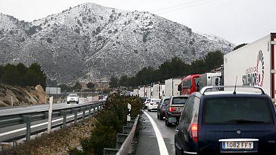 La nieve acumulada en Alicante y Murcia provoca situaciones de caos en vías principales y secundarias