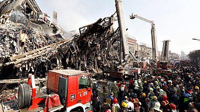 El derrumbe de un edificio en Teherán deja decenas de víctimas y desaparecidos