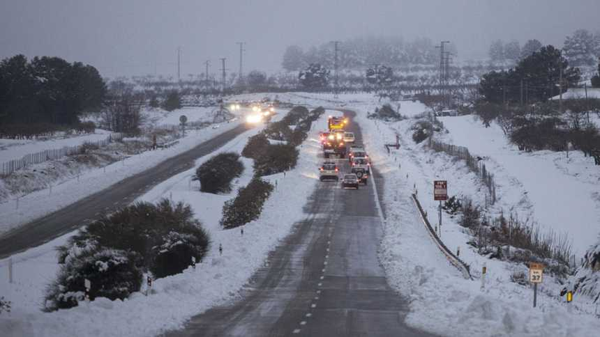 Cincuenta carreteras, sobre todo del este peninsular, permanecen cortadas por el temporal de nieve