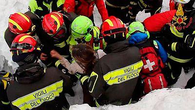 Localizan a seis personas con vida en el interior del hotel sepultado por una avalancha