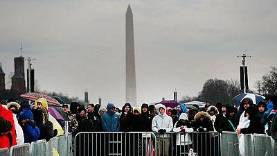 Una multitud hacía cola de madrugada ante los controles de seguridad en Washington para asistir al juramento de Donald Trump