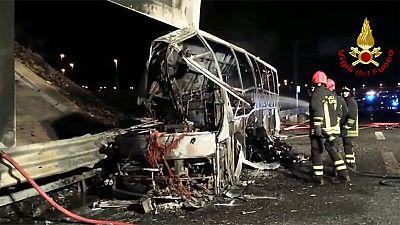 Al menos 16 muertos y 39 heridos en un accidente de autobús con adolescentes en Italia