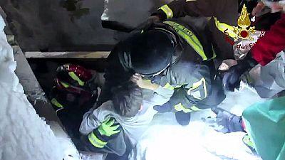 Rescatan a otros cuatro supervivientes y dos cadáveres del hotel italiano sepultado por un alud