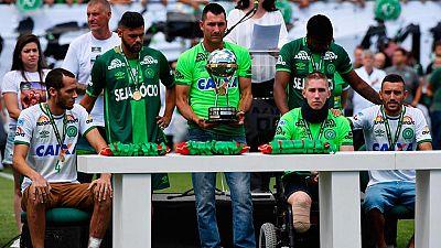 Los supervivientes del Chapecoense recogen el trofeo de la Copa Sudamericana